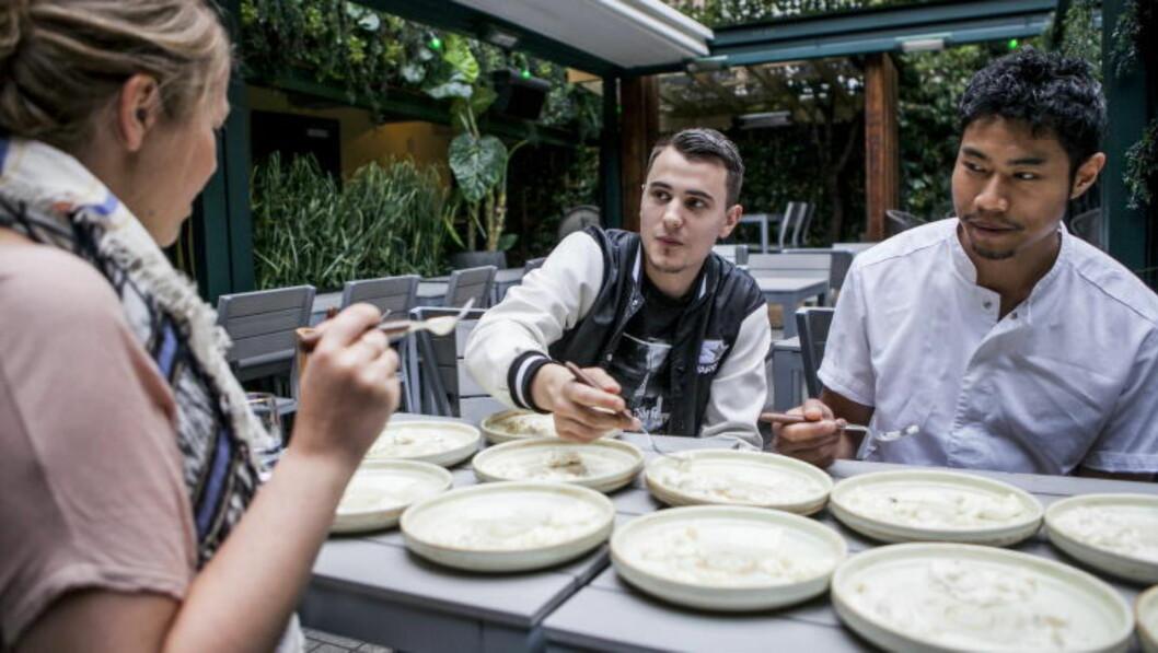 <strong>SMAKSTEST:</strong> Dagbladets matjournalister har smakt seg gjennom elleve potetsalater med hjelp av kokk August Gossell (midten) og  kjøkkensjef Andreas Eliassen fra Justisen. Foto: CHRISTIAN ROTH CHRISTENSEN