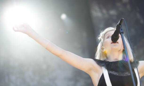 VISTE ARMHULENE: Aurora Aksnes på scenen under Øyafestivalen i Tøyenparken i 2016. Foto: Torstein Bøe / NTB scanpix