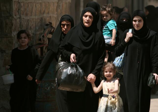 FRIGJORT: Mange mennesker ble løslatt av IS da en anti-IS-allianse tok over byen Manbij. Her er en syrisk familie på vei til tryggere områder i byen. Foto: REUTERS/Rodi Said