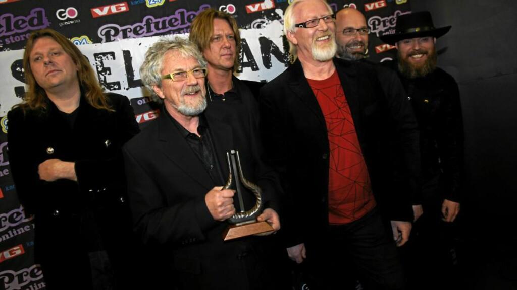 TRAPPER NED: Bassist Arne Henry Sandum (nummer to fra venstre) gir seg i Hellbillies. Han har vært med siden starten i 1990. Her er bandet på Spellemannprisen i 2008, der de vant den gjeve prisen for «Årets Spellemann». Foto: NTB Scanpix