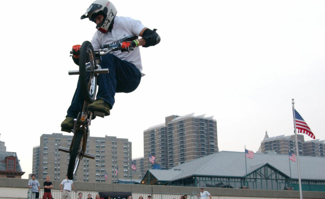 <strong>TOK SITT EGET LIV:</strong> Politiet tror Dave Mirra, her i en konkurranse i New York, tok sitt eget liv. Han ble funnet død i en bil. Foto: Brian Prahl / Splash News / NTB Scanpix