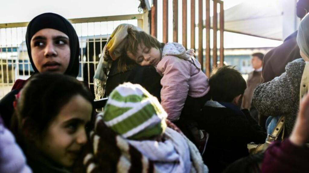 FLYKTNINGER: Ved den stengte grenseovergangen Ocupinar oppholder 30.000 syriske flyktninger seg. FOTO: AFP / NTB scanpix
