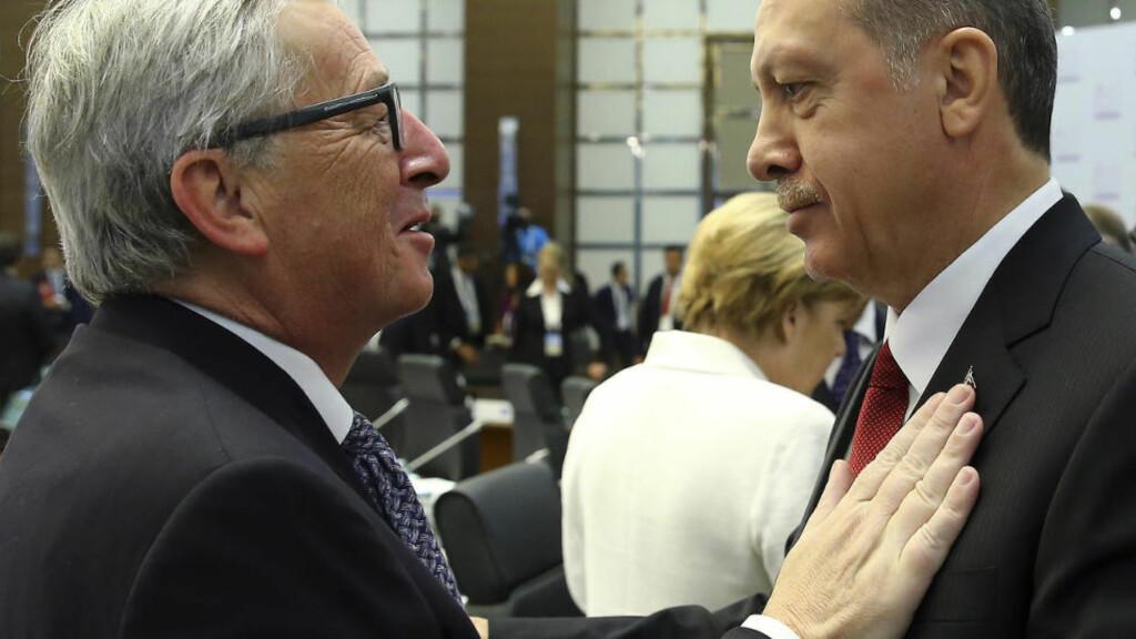 TOPPMØTE: Det skal ha vært i forbindelse med G20-toppmøtet i Tyrkia i november at det anspente møtet skal ha funnet sted. EU-kommisjonens president Jean-Claude Juncker (t.v) og Recep Tayyip Erdogan skal sammen med EU-president Donald Tusk ha forsøkt å komme frem til en avtale om flyktningsituasjonen i Tyrkia. FOTO: Anadolu Agency via AP, Pool / NTB scanpix