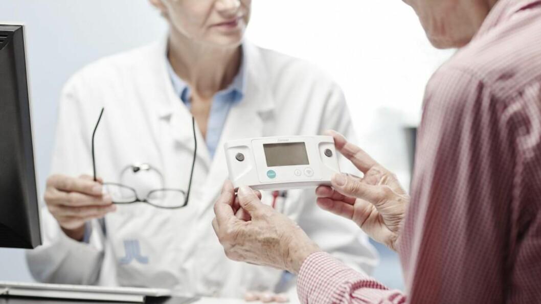 HJEMMEMÅLING: Det krever ikke lenger avansert utstyr å stille diagnosen hjerteflimmer. En tommel-EKG kan enkelt brukes hjemme, og finnes også som utstyr til smarttelefoner.