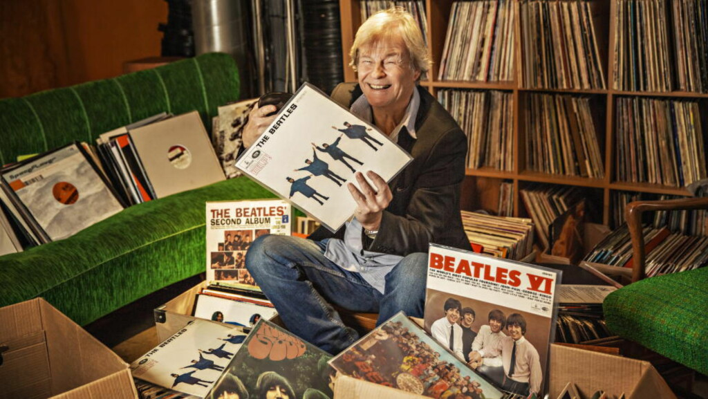 BEATLES-DYKK: Tom Mathisen har alltid hatt et sterkt forhold til The Beatles, men som Fortelleren i Beatles-forestillingen «It Was Fifty Years Ago Today», som nå er kommet til «Alt fra The Beatles 1965», har han måttet lytte og lese seg opp om guttene fra Liverpool. En tur til Råkk & Rålls i Oslo hører med til researchen. Alle foto: Jørn H Moen / Dagbladet