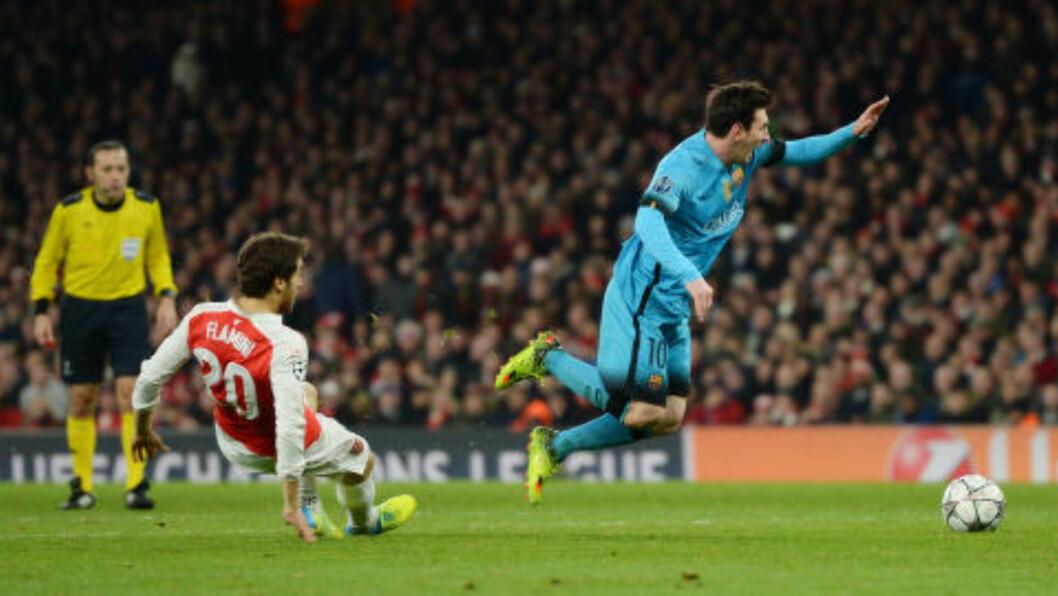 <strong>KLØNETE:</strong> Flamini feller Messi. Foto:  Reuters / Tony O'Brien / NTB Scanpix