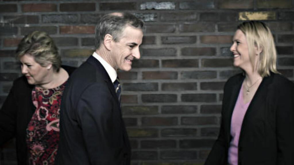 KONSTRUKTIVT: Her hilser Jonas Gahr Støre på Sylvi Listhag på vei inn på asylmøtet på statsministerens kontor.   Foto: Hans Arne Vedlog