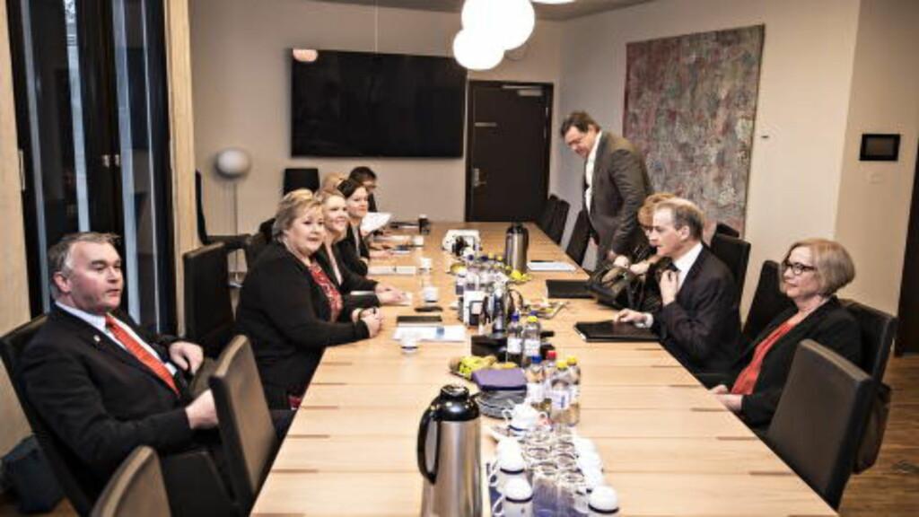 ASYLMØTE:  De parlamentariske lederne i de seks partiene som var enige om asylforliket møttes i dag på Erna Solbergs kontor. Etter bare en time var møtet over og partene møtte pressen til en kort redegjørelse.   Foto: Hans Arne Vedlog  / Dagbladet