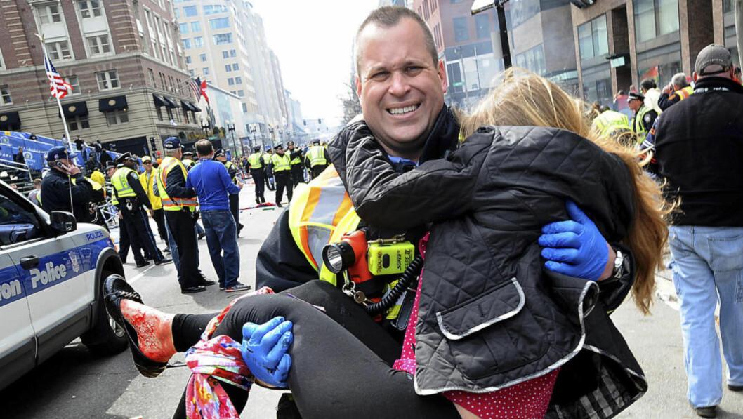 <strong>SYMBOL:</strong> Victoria McGrath ble et symbol etter dette bildet da maratonløpet i Boston ble rammet av en terroraksjon. I dag ble det bekreftet at den 23 år gamle kvinnen har mistet livet i en trafikkulykke i Dubai. Foto: AP Photo/MetroWest Daily News, Ken McGagh/NTB Scanpix