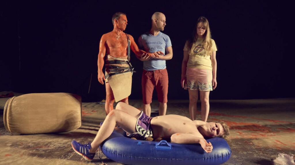 ØYTIDSSTEMNING: Sigurd Myhre, Espen Alknes, Tone Mostraum og Olav Waastad (liggende) i «Øy». Foto: Øyvind Eide, Nationaltheatret