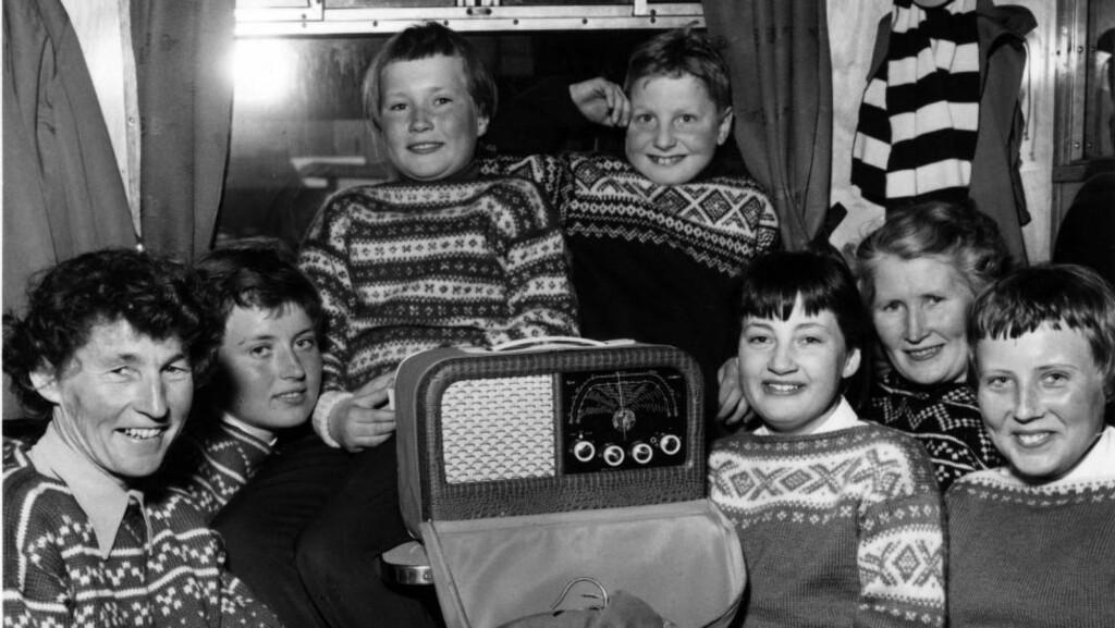 Påsken 1958:  Ryggsekker, medbrakt Kurér-radio og hjemmestrikkede gensere på togtur til påskefjellet i 1958. Foto: NTB/Scanpix