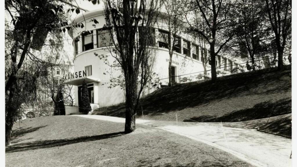 SKANSEN: Norges første funksjonalistiske bygning, tegnet av Lars Backer i 1927, revet i 1970, et smertelig inngrep i modernismens arkitektur. Foto: Ukjent