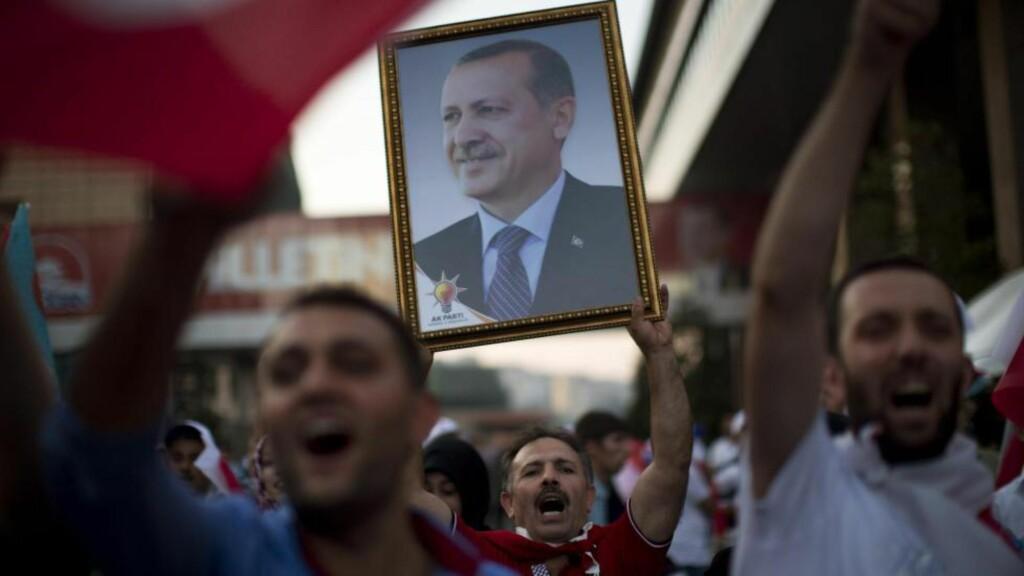 HYLLET OG HATET: Her feirer tyrkere at Erdogan ble deres første direkte valgte president noensinne. Siden august 2014 har rettsvesenet behandlet 1845 saker om ærekrenkelser mot Erdogan. Journalister som skriver negativt om presidenten, kan bli trukket for retten. Men presidenten har massiv støtte i hjemlandet. Foto: Emilio Morenatti / AP / NTB Scanpix