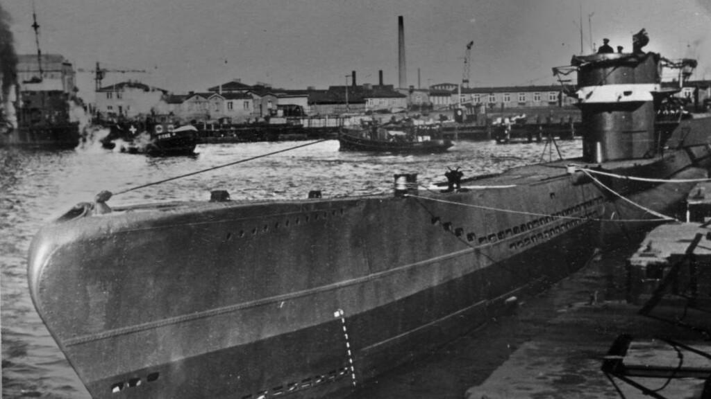 HISTORISK BILDE: Dette er ett av svært få bilder som eksisterer av U-1206. Det er tatt ved kai i Danzig 16. mars 1944, samme dag som fartøyet ble satt i drift. Et drøyt år senere forliste U-1206 i Nordsjøen - på grunn av ukyndig bruk av en ny toalett-type. Foto: Deutsches U-Boot-Museum