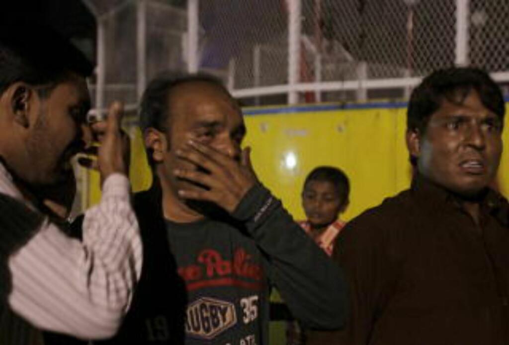 SORG: Mange har mistet sine kjære i Lahore søndag kveld. Foto: REUTERS/Mohsin Raza