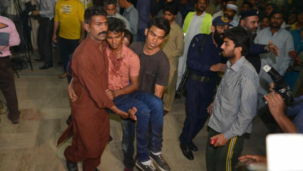 TERROR I PAKISTAN: Minst 65 skal være i drept i selvmordsangrep i Lahore. Over 300 er skadet, og flesteparten av de som er rammet av terroren er kvinner og barn. Foto: AFP PHOTO / ARIF ALI