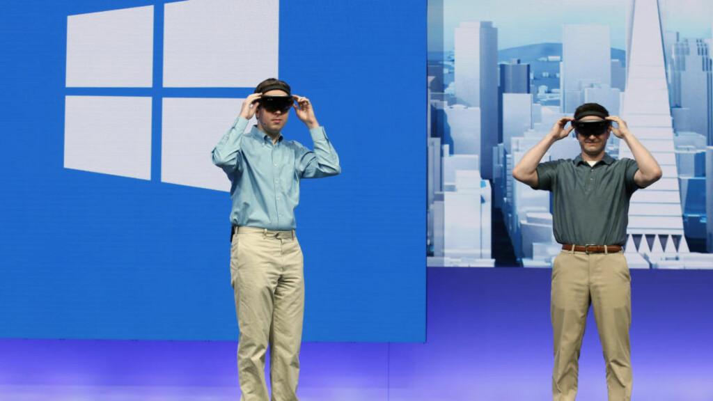 INNOVATIVT: Microsoft er fortsatt selskapet for folk som putter skjorta nedi chinosen, men teknologinettstedet The Verge mener selskapet endrer seg i større hastighet enn noen av konkurrentene. HoloLens-brillene er en del av Microsofts nye liv etter Windows. Foto: Reuters/Scanpix