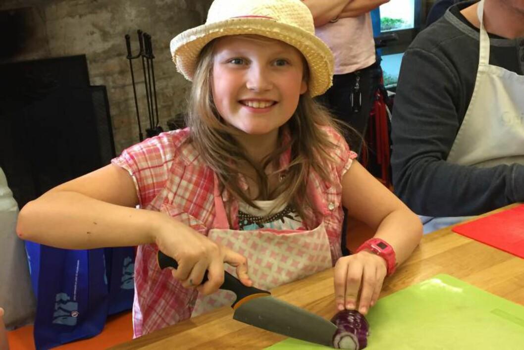 <strong>LØKPROFF:</strong> Nora har lært å kutte løk på skolen. Løken skal bli en del av deilig italiensk restemat, brødsalaten panzanella. Foto: ANDREAS HASLEGAARD