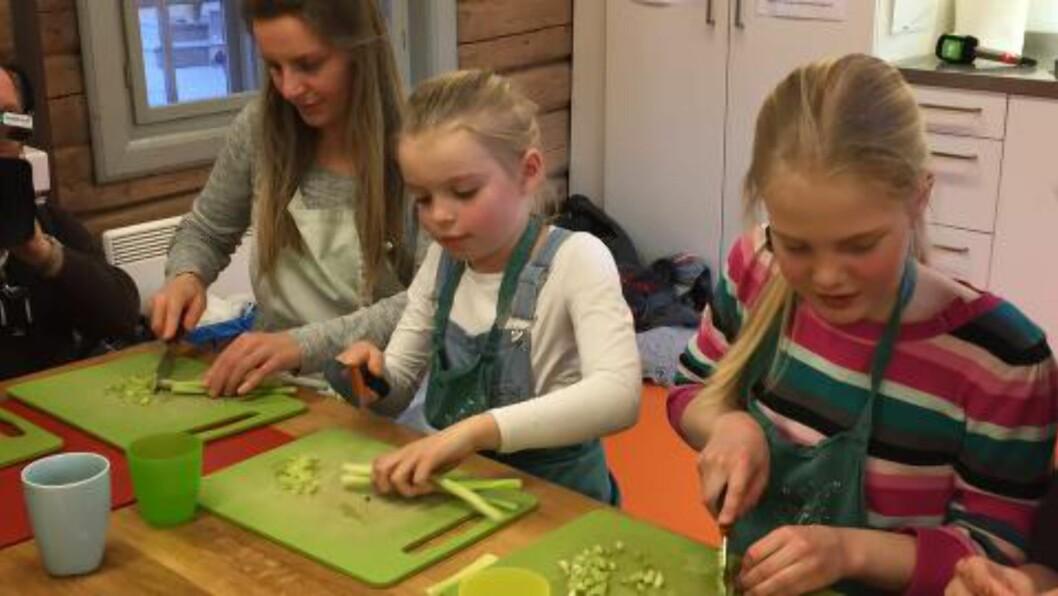 <strong>SALAT:</strong> Helena Ekelund (9) (midten) i dyp konsentrasjon over grønnsakene. Hun og mor Trude Lorentzen (t.v) er ofte på Geitmyra matkultursenter for å lære mer om mat. Foto: ANDREAS HASLEGAARD