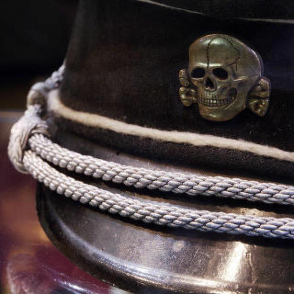 HODESKALLEAVDELINGEN: Faren til Jurgen Mossack, Erhard Mossack, var offiser i den fryktede hodeskalleavdelingen til SS. Dette bildet viser den fryktinngytende detaljen på avdelingens hodeplagg. Foto: Wikipedia