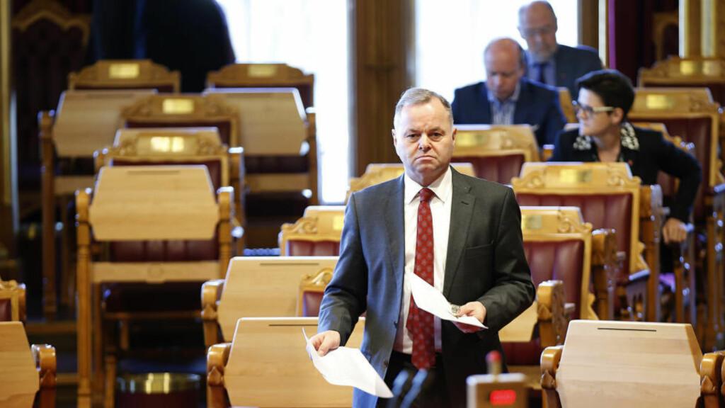 PÅ VEI TIL BEKLAGELSE:  Stortingspresident Olemic Thommessen på vei mot talerstolen i dag under debatten om politikers aksjeresgister. Foto: Vidar Ruud, NTB Scanpix.