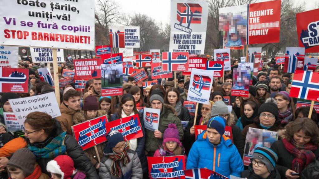 MASSEDEMONSTRASJONER: I Romanias hovedstad Bucuresti i fjor demonstrerte store folkemengder mot norsk barnevern. Foto: NTB/Scanpix
