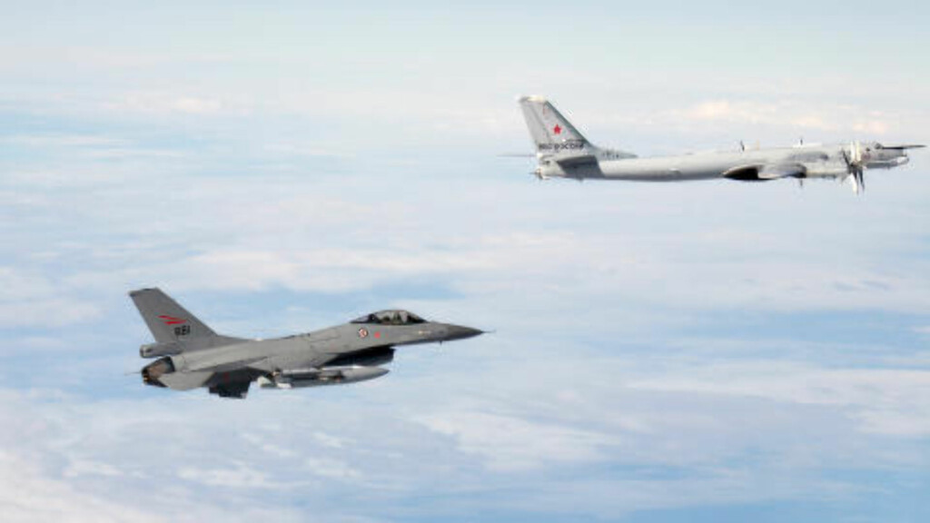 BOMBEFLY: Her avskjærer et norsk F-16-fly (t.v.) et russisk Tupolev Tu-95 kjent som «Bear» utenfor norsk luftrom. At «Bear»-flyene ble satt på bakken etter flere hendelser i fjor, har Forsvaret oppdaget færre russiske flygninger. Foto: Forsvaret