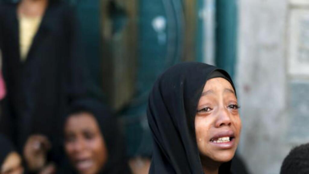 FORTVILER:  Denne jenta gråter etter at faren hennes ble drept i et saudi-ledet flyangrep i Jemens hovedstad, Sanaa. I løpet av den drøye ett år lange krigen som ledes av Saudi Arabia, men hvor De forente arabiske emirater også er med, har flere tusen sivile jemenitter blitt drept. Humanitære organisasjoner mener at det er begått krigsforbrytelser i krigen. Foto: Khaled Abdullah / Reuters / Scanpix