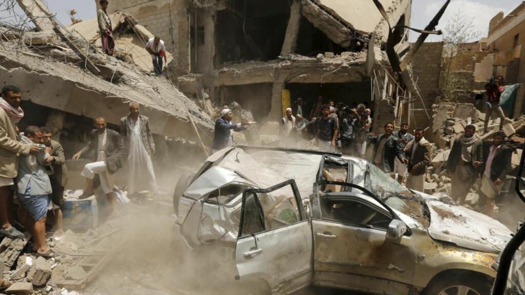 BRUTAL KRIG:  Siden mars i fjor har Saudi Arabia og De forente arabiske emiratene ført en voldsom krig i Jemen. Norge selger militært utstyr til begge land, og nå vil 50 organisasjoner har innsyn i begrunnelsene for at dette kan skje. Bildet er fra Jemens hovedstad Sanaa, like etter et saudi-ledet bombeangrep. Mer enn 6500 mennesker har mistet livet det siste året, hvorav minst 3218 sivile. Foto: Khaled Abdullah / Reuters / Scanipix