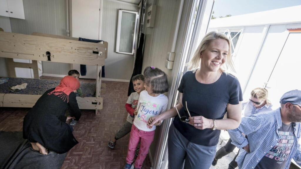 FÅR STØTTE: TIrsdag besøkte innvandrings- og integreringsminister Sylvi Listhaug syriske Gazal (6), Gaith (3) Geath (1) og moren Manal i den norskstøttede flyktningleieren i Elaionas i Aten. Nå stiller norske velgere seg bak Frp's innflytelse på regjeringens asylpolitikk. Foto: Øistein Norum Monsen / Dagbladet