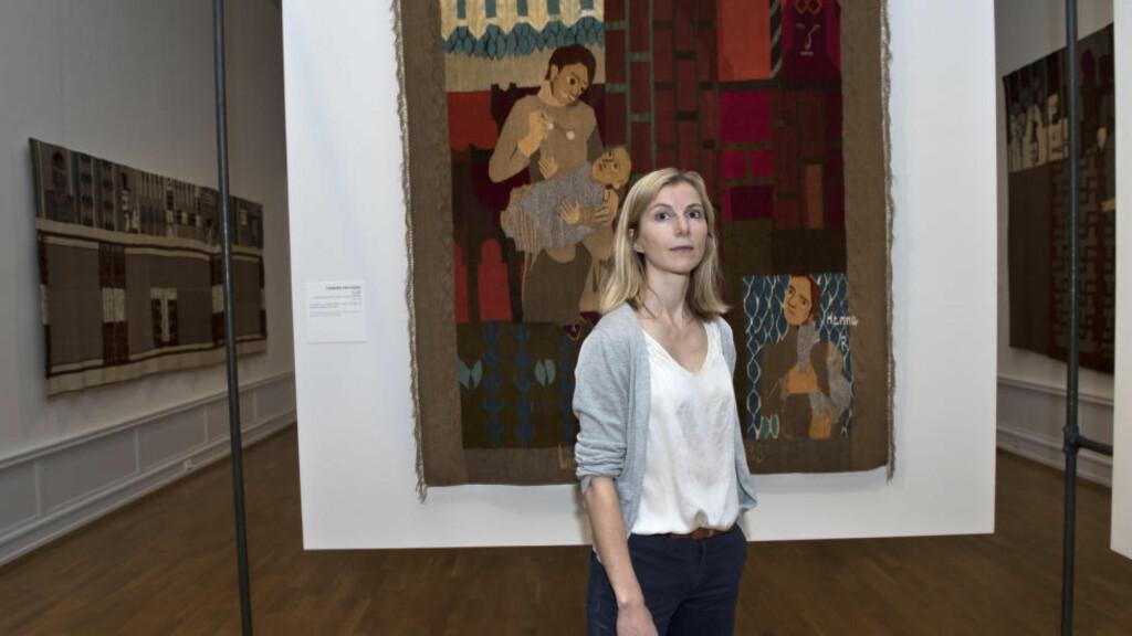 INTERNASJONALT BLIKK: Kunsthistoriker Marit Paasche har skrevet biografi om kunstneren Hannah Ryggen. Her foran billedveven «Liselotte Hermann halshuggen» fra 1938.
