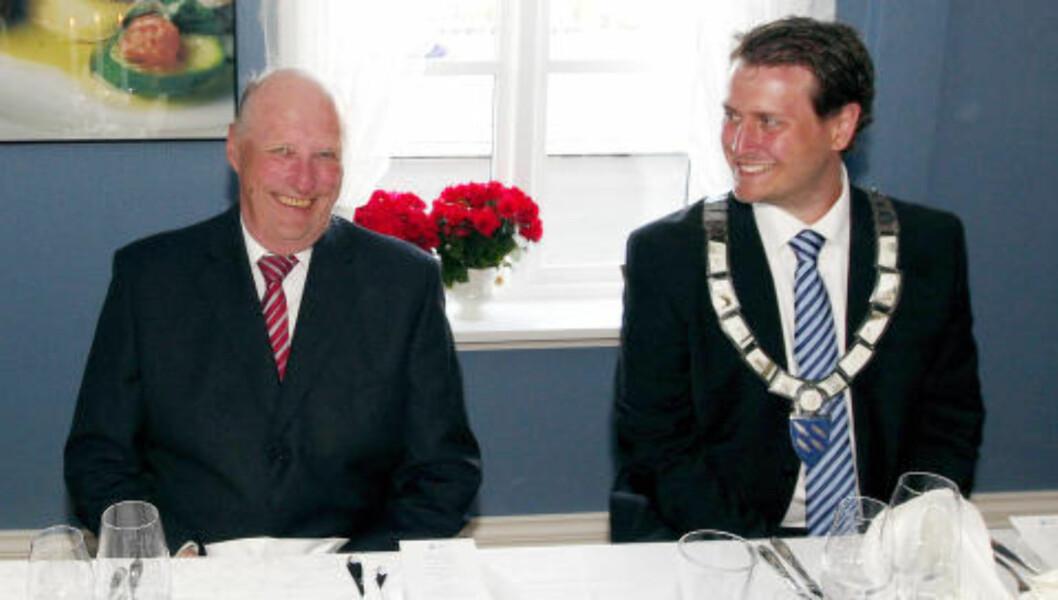 <strong>ØNSKER IKKE MER ÅPENHET:</strong> Stortingsrepresentant Helge Andre Njåstad (Frp) ønsker ikke mer åpenhet rundt Slottet og de kongeliges økonomi. Bildet er fra kong Haralds besøk på Austevoll i 2009, der Njåstad var ordfører. Foto: Knut Falch / SCANPIX