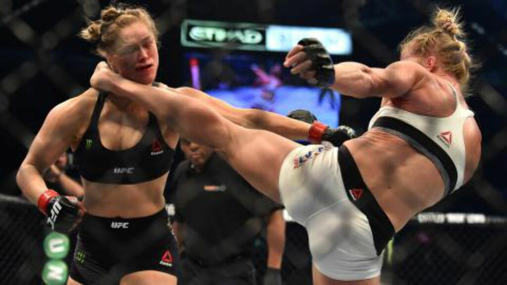 KNOCKOUT: Holly Holm sender Ronda Rousey i gulvet med dette sparket. Foto: AFP PHOTO/Paul CROCK