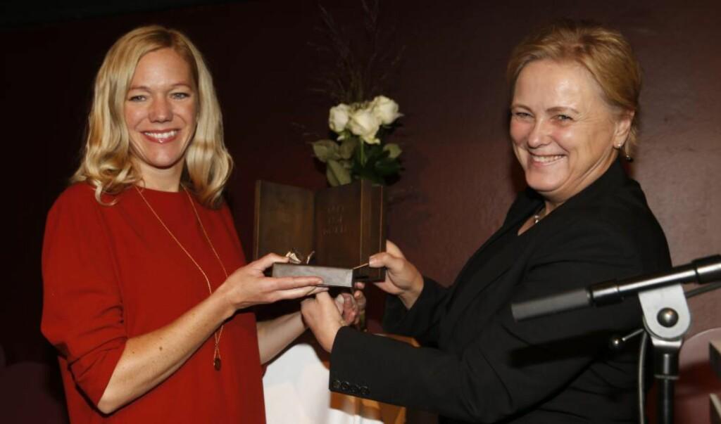 PRISVINNER: Maja Lunde fikk årets Bokhandlerpris for romanen «Bienes historie». Kulturminister Thorhild Widvey sto for prisoverrekkelsen. Foto: NTB / Scanpix