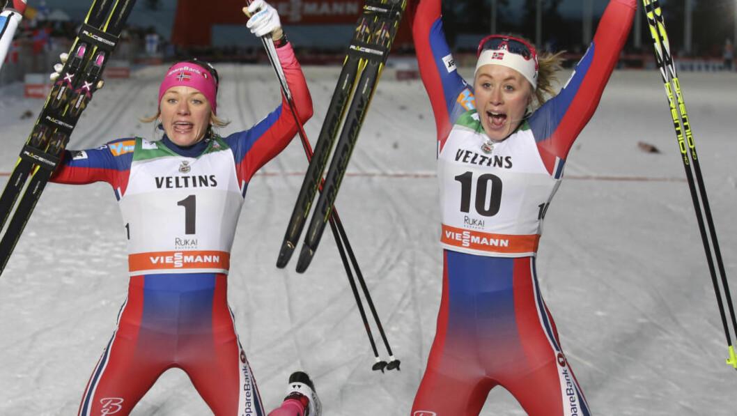 <strong>FULLKLAFF:</strong> Maiken caspersen Falla (t.v.) vant sprinten i Kuusamo. Ragnhold Haga kom på en overraskende tredjeplass, og melder seg på i kampen om sammenlagtseieren. Foto: NTB Scanpix