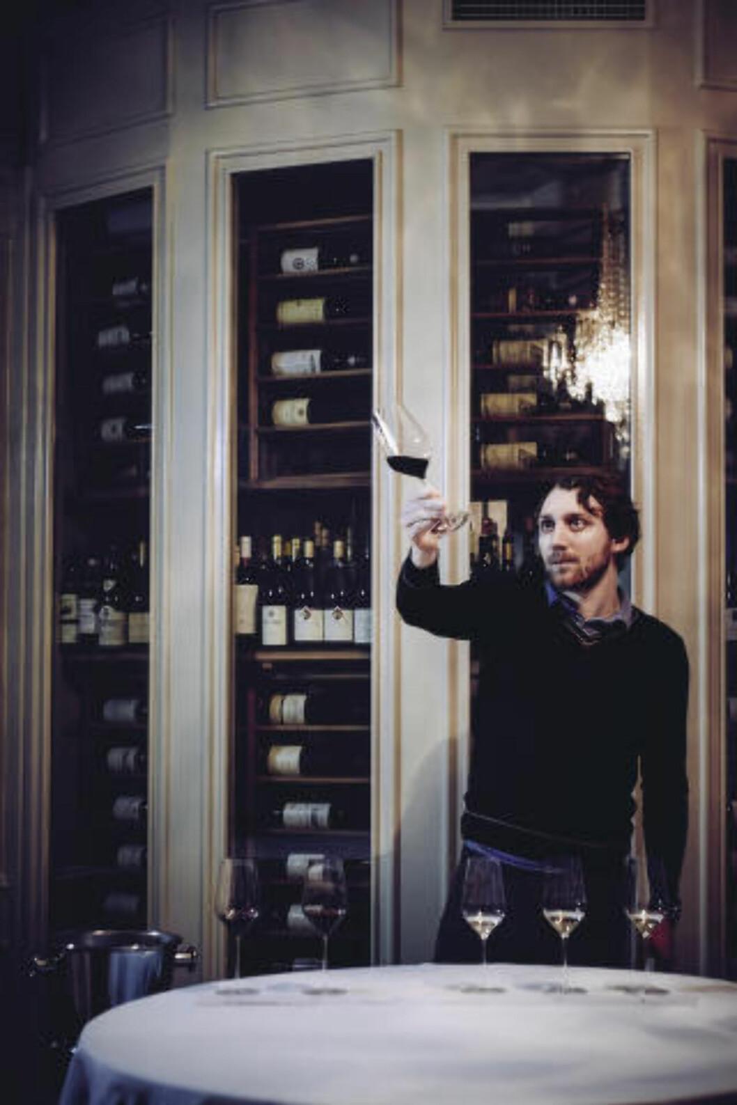 ANBEFALER DRIKKE: Norges beste vinkelner, Simon Zimmermann tipser deg om hva slags alkoholfri drikke du bør ha til maten. Arkivfoto: MORTEN RAKKE