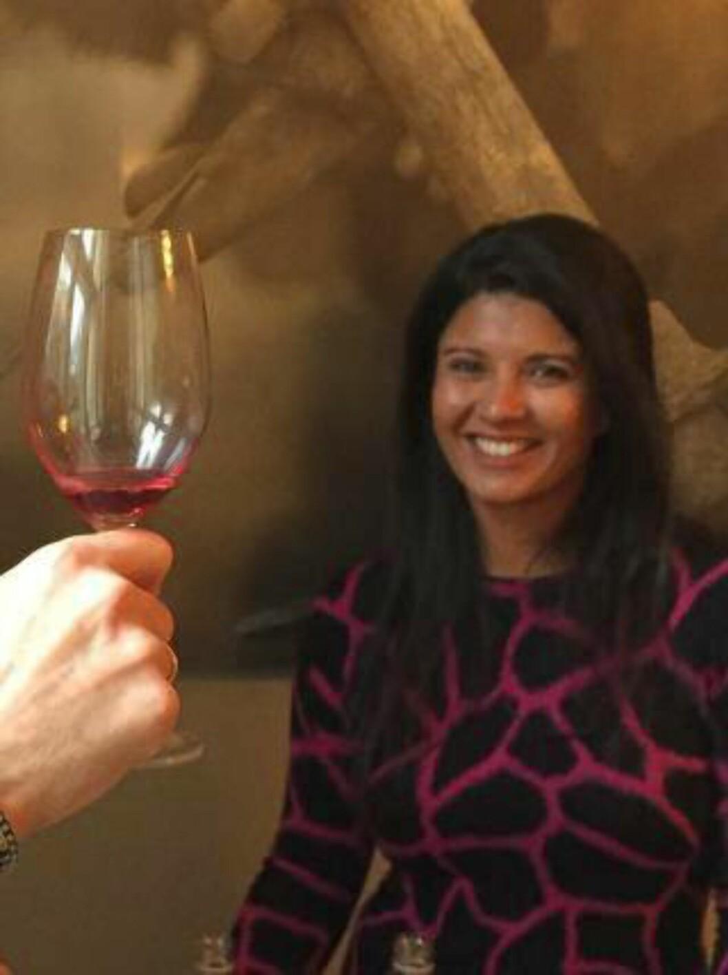 FORETREKKER FRUKTMOST: Når vinkelner Liora Levi skal velge alkoholfritt vil hun heller ha en frukmost enn en brus. Foto: SOUNDMIND
