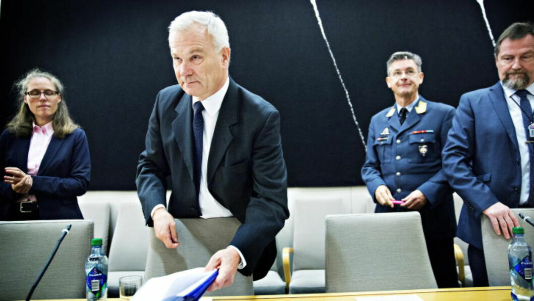 INGEN KONSEKVENSER: Hans Petter Grøvan (KrF) synes det er rart om ikke skandalen får konsekvenser for noen av de ansvarlige. Kontrollkomiteen er ikke fornøyd med svarene de har fått fra blant andre administrerende direktør i Forsvarets logistikkorganisasjon, Petter Jansen (foran), tidligere FLO-sjef, generalmajor Trond Karlsen (i unifom), tidligere salgssjef i FLO, kommandørkaptein Odd Stein Melsæter (t.h.) og nåværende salgssjef i FLO, Suzanne Malmberg Amundsen (t.v). Foto: Nina Hansen / Dagbladet