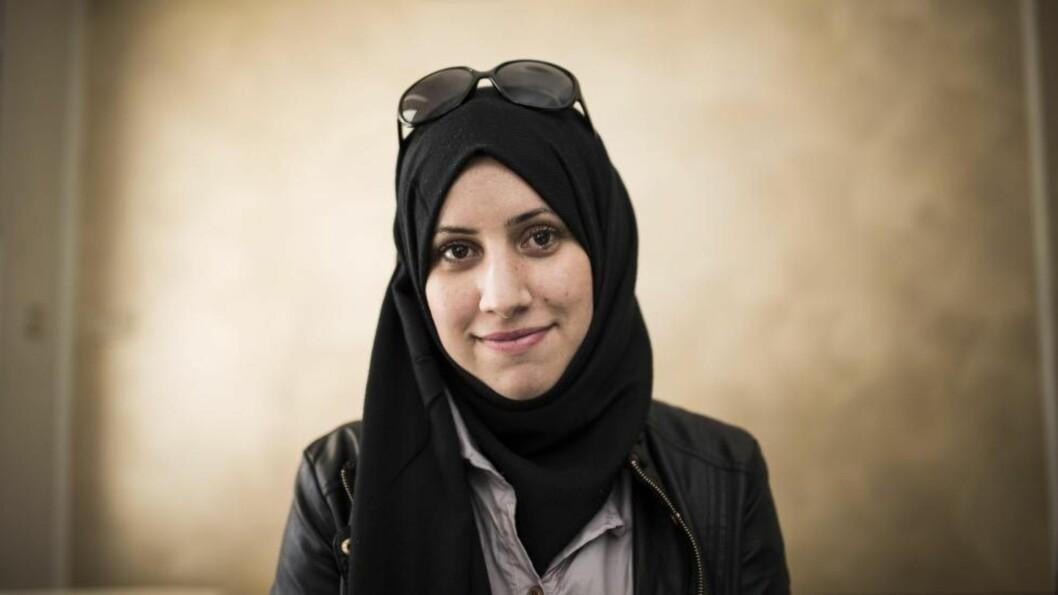 PÅ MED SLØRET: Noe av det første Ghada Daly (25) gjorde etter at hun og de andre aktivistene i Sidi Bouzid lykkes med revolusjonen, var å ta på seg sløret. -  Det var ikke lov under Ben Ali, men nå gjør vi som vi vil. Målet er et ordentlig demokrati der ungdommen har mye mer å si, sier hun. Alle foto: Lars Eivind Bones / Dagbladet
