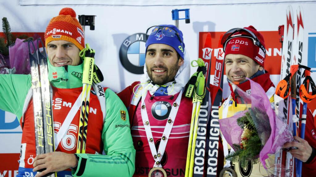 SOM I GAMLE DAGER: Martin Fourcade (i midten) vant foran Arnd Peiffer og Ole Einar Bjørndalen i dag. Franskmannen legger ikke skjul på at det smerter å se nordmannen i den gule ledertrøya. Foto: Christine Olsson / TT / NTB Scanpix
