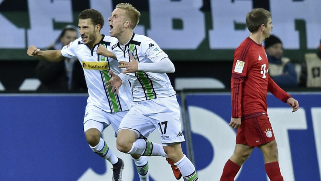<strong> DEPPER:</strong>  Philipp Lahm er ikke evldig fornøyd med at Fabian Johnson og  Oscar Wendt feirer et av målene i 3-1 seieren. Foto: NTB Scanpix
