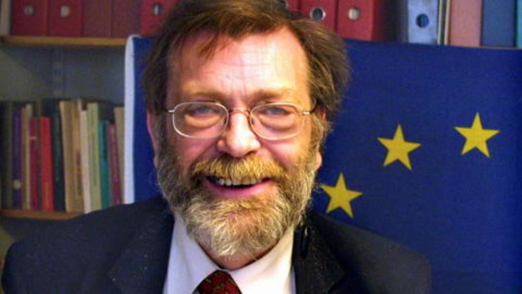<strong>- IKKE AVGJORT :</strong>  Professor Frank Aarebrot vil se valgdeltakelsen før han konkluderer med at Nasjonal Front har gjort et brakvalg.  Foto: Liv-Randi Lind
