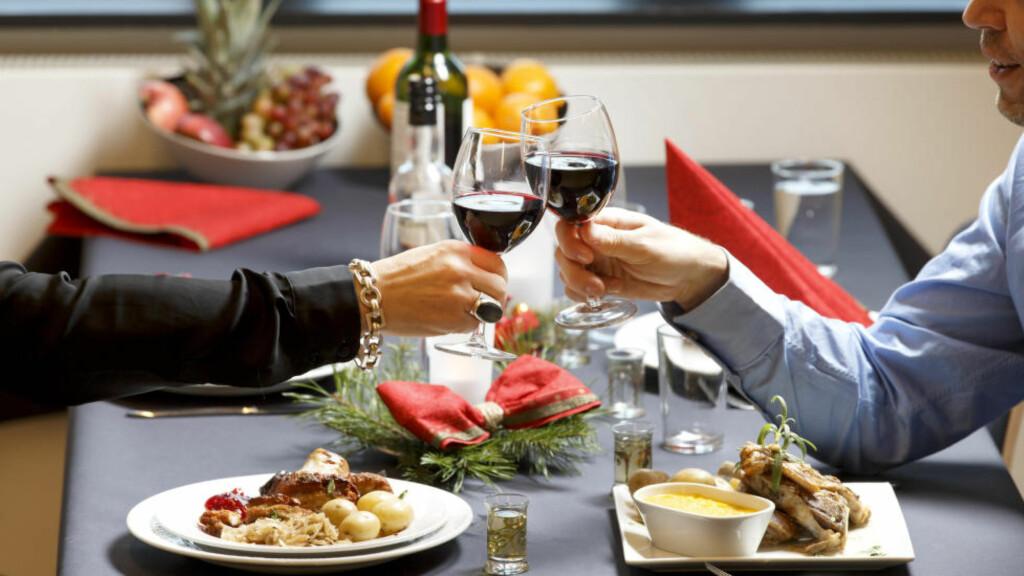 DEN ALKOHOLFRIE JULEDRIKKEN: Det finnes annet enn vann til julematen, dersom du ikke vil ha øl eller vin. Illustrasjonsfoto: NTB SCANPIX / GORM KALLESTAD