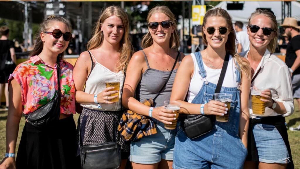 USIKKER FESTIVALMORO: Disse jentene, flere av dem trygt ikledd den velkjente festivalshortsen, hygget seg på Øyafestivalen i år. Øya er en av festivalene som fra og med i går ikke lenger har knutepunktstatus. Foto: Jørgen Kvalsvik / Dagbladet