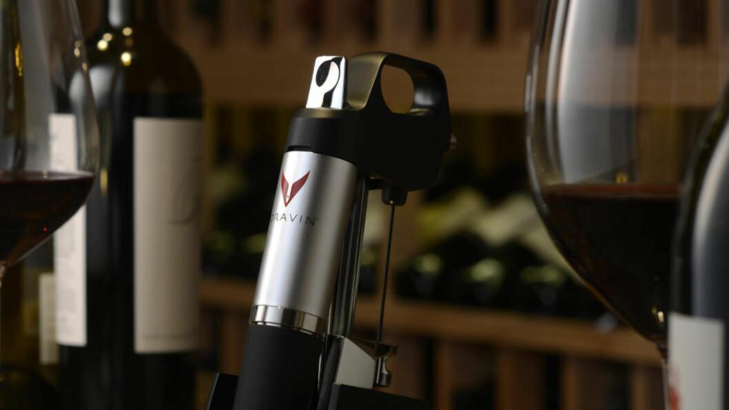 TAR VARE PÅ VINEN: Dette produktet vil nok koste mer enn mange liker å høre, men hvis du ønsker å ta vare på åpnet vin lengst mulig, skal det være en av de smarteste løsningene som finnes. Foto: PRODUSENTEN