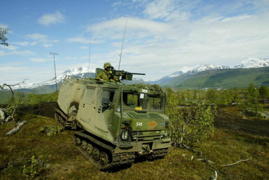 ARBEIDSHEST: BV206 har vært selve arbeidshesten i Hæren, og er spesialbygget for å frakte 17 stridsutrustede soldater gjennom alt slags terreng. Den ble utviklet for det svenske og norske Forsvaret, og finnes ikke i sivil utgave. Foto: Stian Solum / Forsvaret