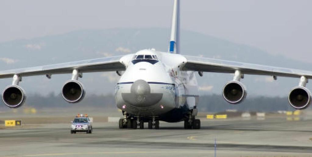 KJEMPEFLY: Det var denne maskinen, en Antonov AN-125 fra russiske Polet Airlines, som fraktet de 15 første beltevognene til Sudan. Her er flyet på Gardermoen ved en senere anledning. Foto: Asgeir Westgård