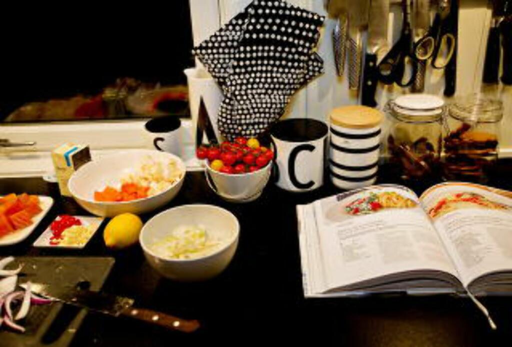 LESER IKKE: Hjemme hos Norges største matblogger, Trine Sandberg, leser man oppskriften før man går i gang Det dropper mange av følgerne. De har jo Trine. Foto: ANITA ARNTZEN