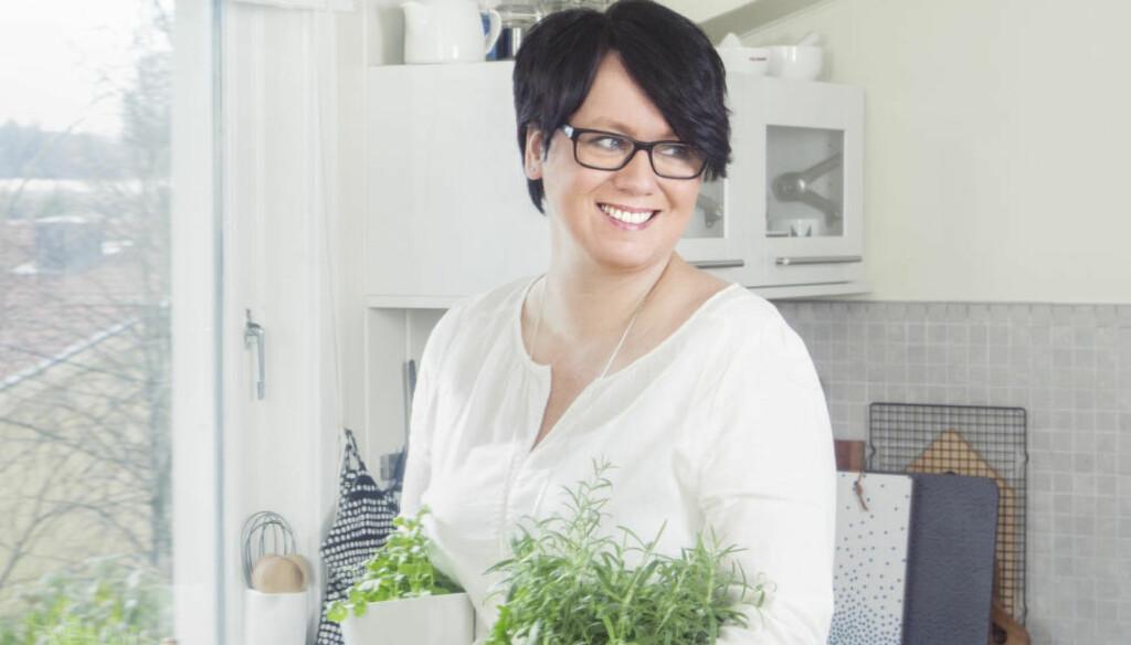 ORAKEL: Folk spør om alt. De tror jeg kan alt, sier matblogger Trine Sandberg. Desember er årets mest hektiske måned for matbloggeren, som her er fotografert hjemme på Lørenskog. Foto: GRY TRAAEN