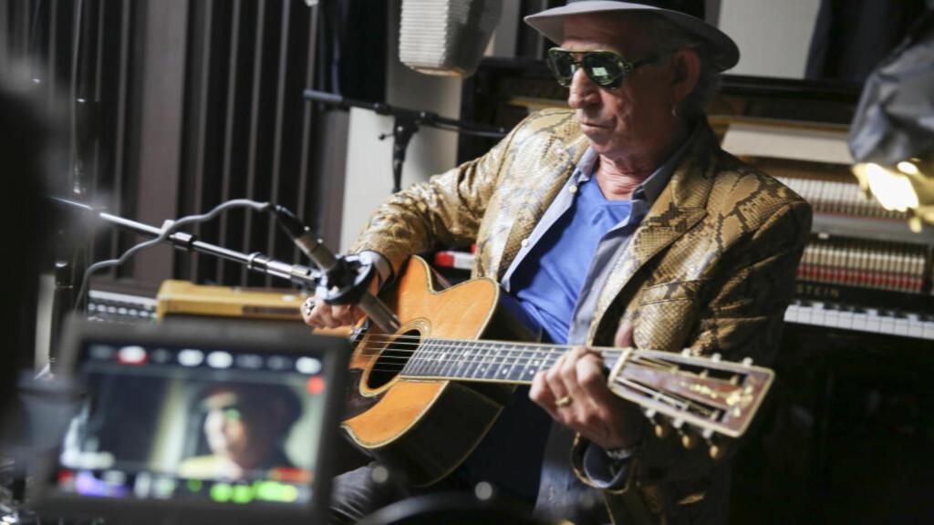 NY DOKUMENTAR: «Under the Influence» følger Keith Richards under innspillingen av hans nye plate, og i mange tilbakeblikk på musikken som formet ham. Filmen har premiere fredag 18. september. Foto: Netflix